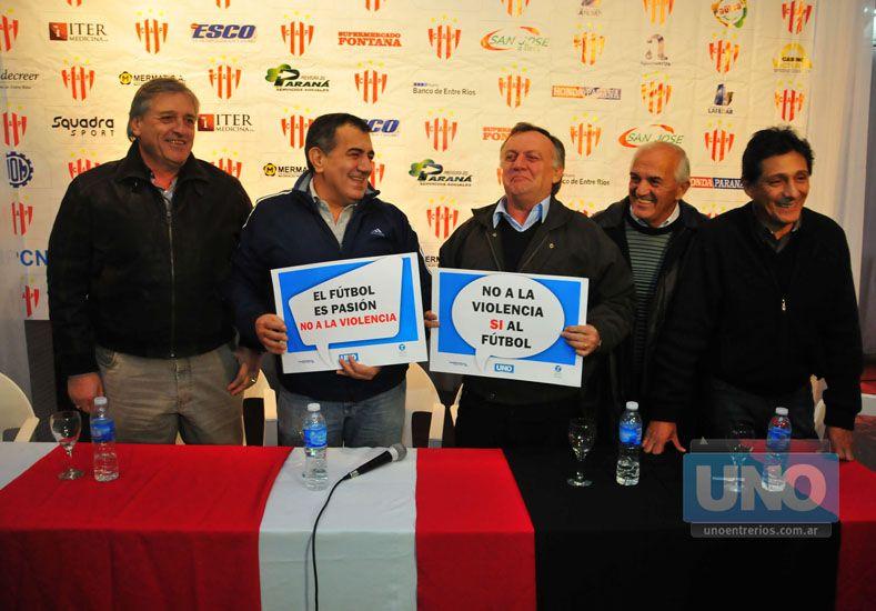 Mismo mensaje. Los directivos de Atlético Paraná y Patronato transmitieron su mensaje en la previa del clásico.  Foto UNO/Juan Manuel Hernández