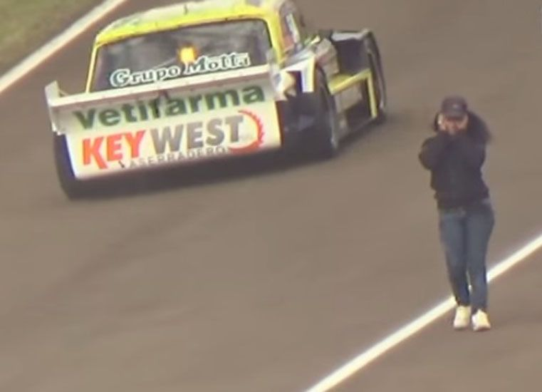 Video: Se atravesó llorando en la pista del TC en plena carrera