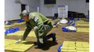 En el piso. Los gendarmes hallaron 1.040 panes de marihuana.