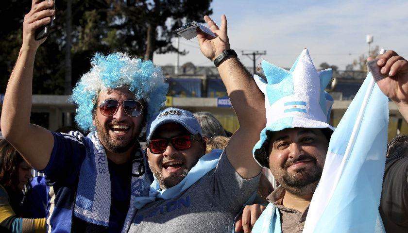 Los hinchas argentinos animan la previa del partido contra Jamaica
