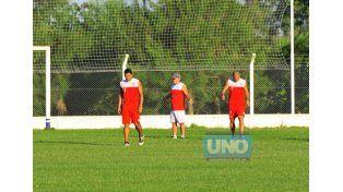 Milton Álvez (a la izquierda) ingresaría por el suspendido Diego Reynoso.  (Foto UNO/Juan Manuel Hernández)