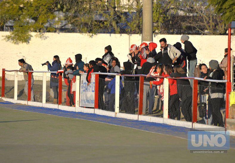 Con hinchada. La gente de Talleres de igual manera se hizo presente al predio de Toribio Ortiz para ver los partidos.  Foto UNO/Mateo Oviedo