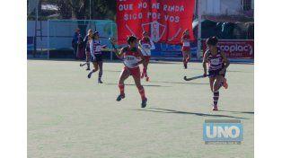 Debut. El local Talleres venció a Santa Fe Rugby Club por 1 a 0 con gol de Ornella Gasparrini. Hoy va por una nueva victoria.Foto UNO/Mateo Oviedo