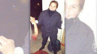 Una agente de policía de Carmen de Areco se tomó una fotografía con el miembro amputado de un motociclista accidentado.