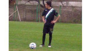 Se luce. El futbolista paranaense juega en la Cuarta División de AFA para el Taladro.