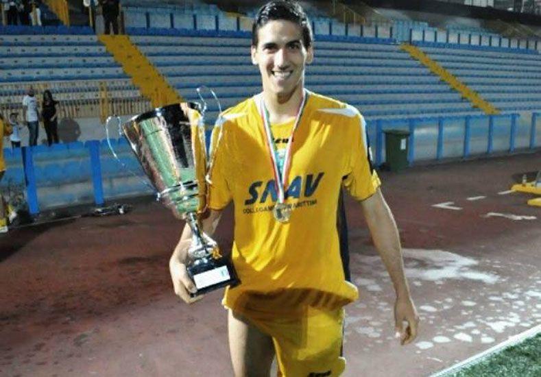Con el trofeo. Nicolás Musso festejó el título con el Sant'Agnello