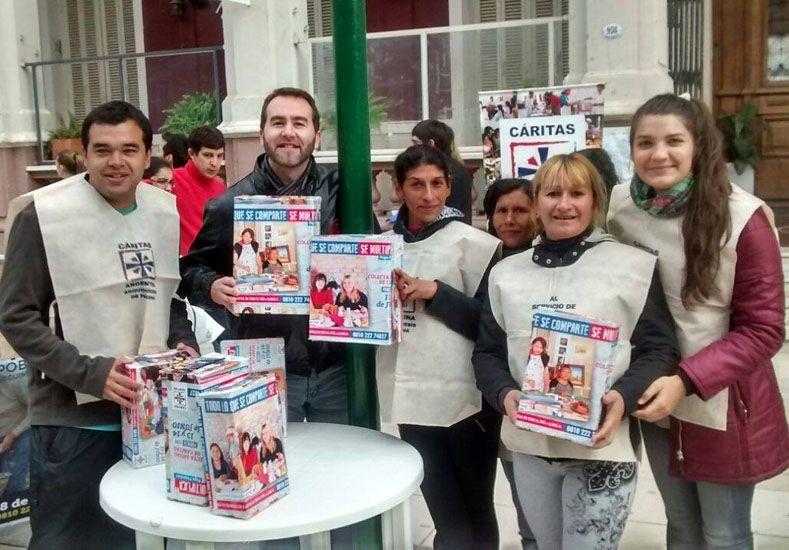 Participar. En la Peatonal se sumaron grupos de voluntarios.   Foto Gentileza/ Facebook Cáritas Paraná