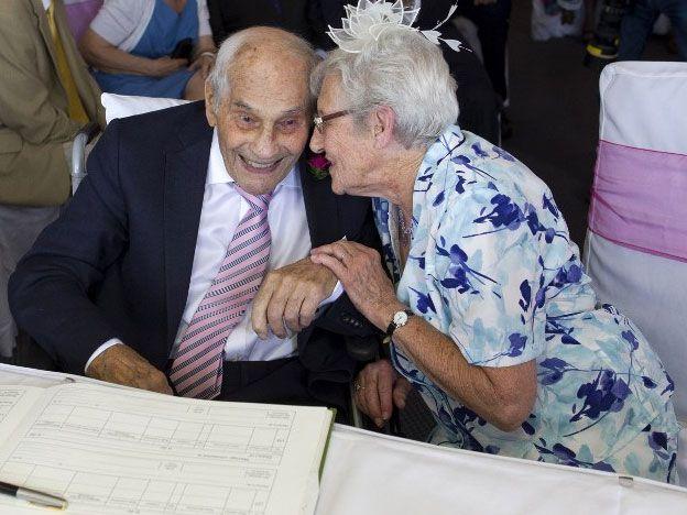 Él 103, ella 91 y se casan