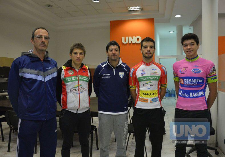 Juntos. Nicolás Beltzer pasó junto a representantes del equipo Telefónicos y de la Escuela Municipal de ciclismo.    Foto UNO/Mateo Oviedo