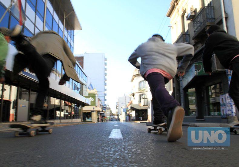 Arrancaron. Los skaters partirán el sábado desde la Plaza 1º de Mayo después de las 14.  Foto UNO/Juan Ignacio Pereira