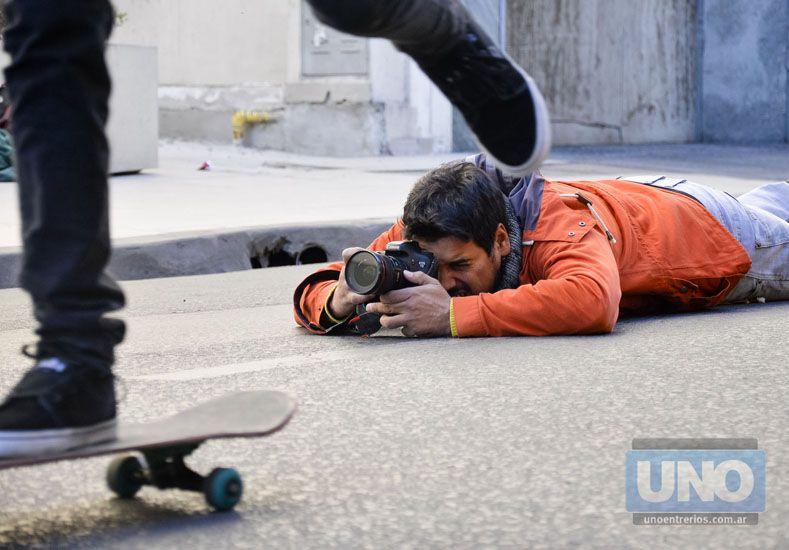 Juan Ignacio en el piso buscando la toma