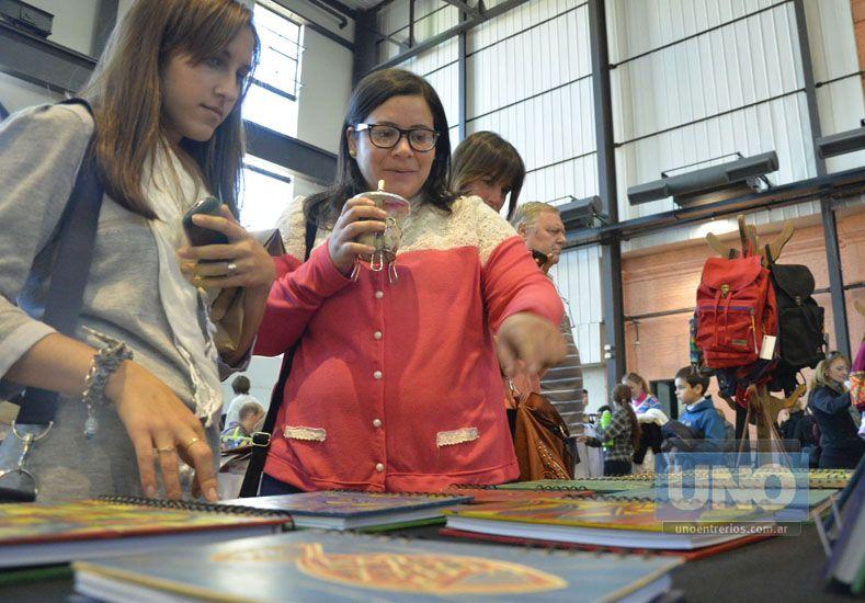 Interesadas. Las jóvenes se entusiasmaron con las agendas.  Foto UNO/Mateo Oviedo