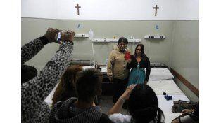 Orgullosos. El matrimonio mostró su libreta tras la ceremonia realizada en la sala del nosocomio. Foto UNO de Santa Fe
