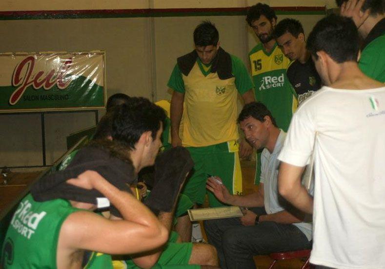Marcelo Solanas dirigiendo a Regatas en el Dos Orillas. Se hará cargo del primer equipo de Paraná.