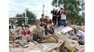 En el polideportivo. Durante semanas juntaron cartón y la iniciativa cerró con actividades culturales.  Foto Gentileza/Ambiente Villa Elisa