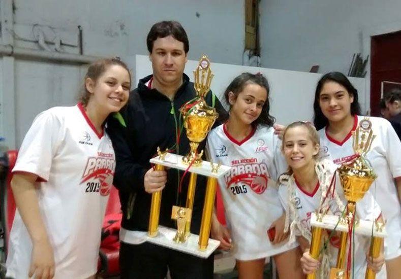 U14. Posan las chicas que formaron parte del combinado de Paraná y que derrotó a Uruguay para obtener el cetro.