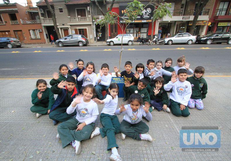 Los compañeritos de Juanma al lado del árbol que lo recuerda. Foto UNO/Juan Ignacio Pereira
