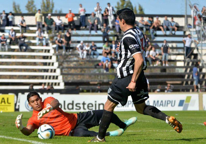 Ignacio Arce se anticipa a la proyección de Marcelo Carrizo.