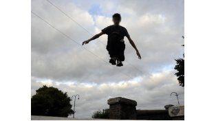El parkour es una práctica urbana en la que el deportista se desplaza en cualquier entorno. (Foto: V. Benedetto)