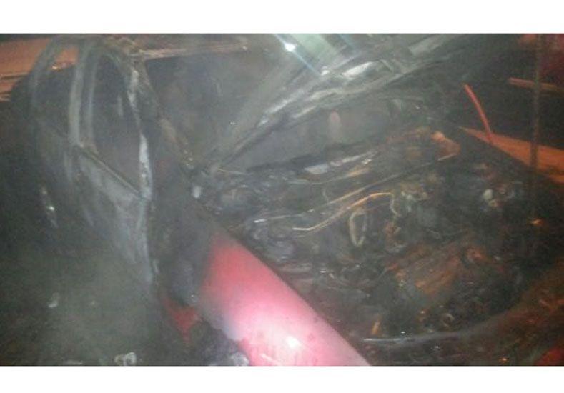 Paraná: Investigan el incendio de un auto en la vía pública