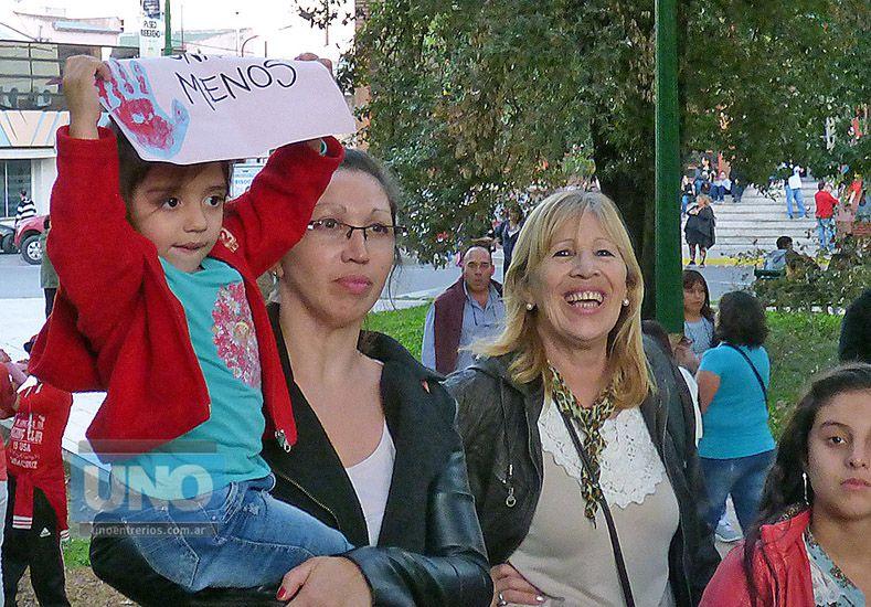 Dos generaciones. Mujeres de todas las edades dijeron presente.  Foto UNO/Héctor de los Santos