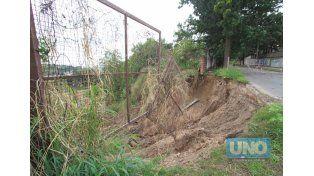 Peligroso. La profundidad de socavón tiene unos cinco metros.  Foto UNO/Juan Ignacio Pereira