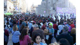 El Monumento a la Bandera se llenó de gente para repudiar toda forma de violencia contra la mujer.