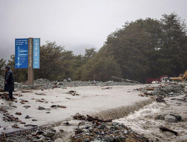 Las aguas del lago Guillermo desbordaron en la base del cerro Catedral.