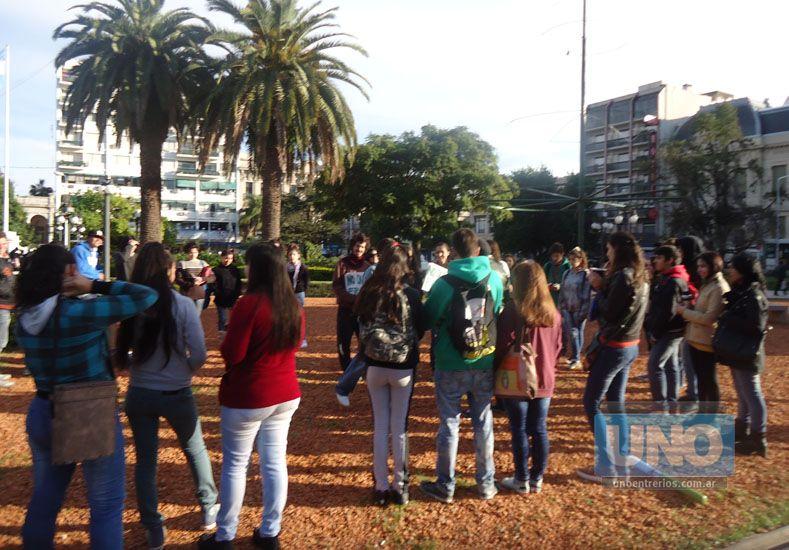 Clase pública en defensa de ambientalistas en la plaza 1° de Mayo. (Foto UNO)
