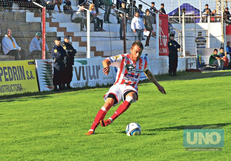 Nicolás Ledesma domina el balón. El delantero anotó el domingo su sexto gol en la temporada.  Foto UNO/Archivo