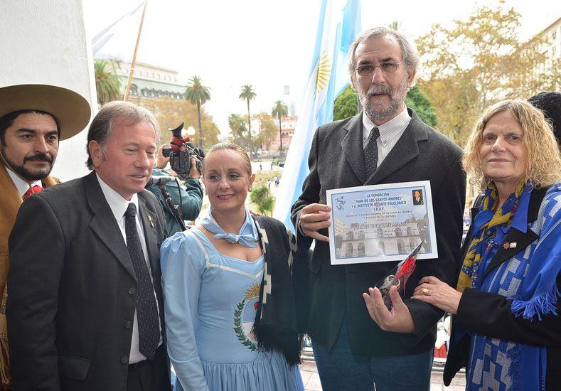 Reconocimiento. Romani y el hijo de Jorge Martí luego de recibir las distinciones en el Cabildo.