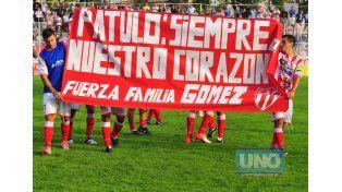 Los jugadores desplegaron una bandera en la cancha por Patulo.   Foto UNO/Juan Manuel Hernández
