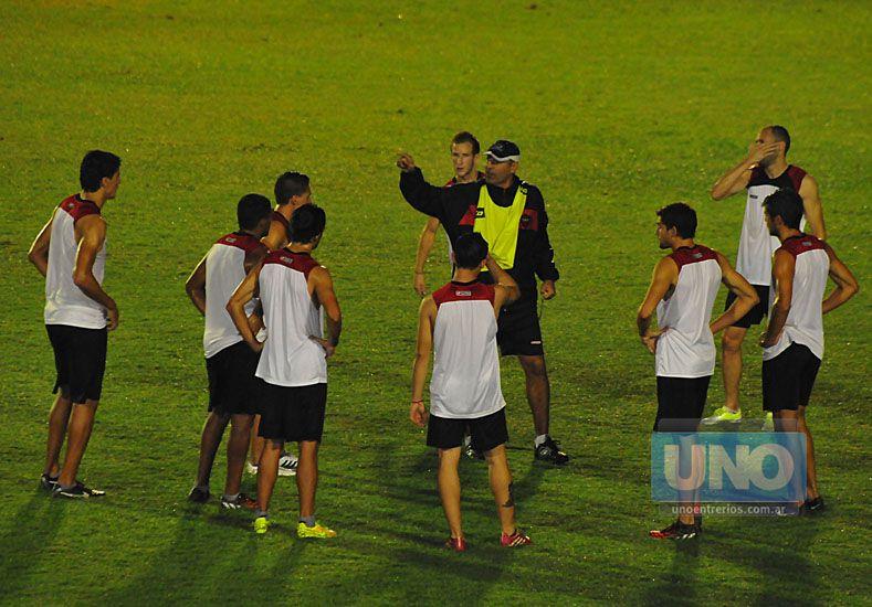 El técnico habla con sus dirigidos en el medio del campo. Recién hoy podría definir el 11 titular.  Foto UNO/Juan Manuel Hernández