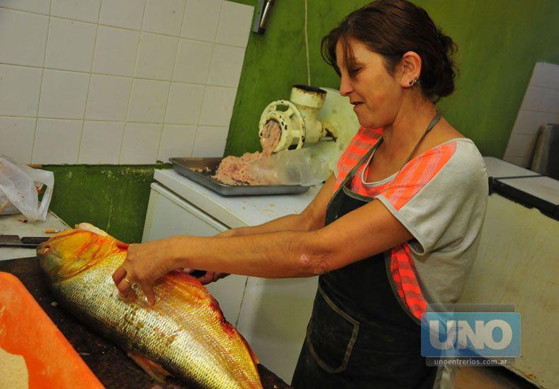 Adriana Blázquez de Cregnolini se crió en una pescadería y no conoce otra forma de trabajo. Foto UNO/ Juan Manuel Hernández