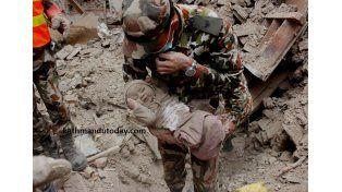 Milagro en Nepal: un bebé sobrevivió 22 horas en un edificio derrumbado