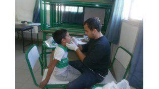 Realizan controles sanitarios de niños en edad escolar