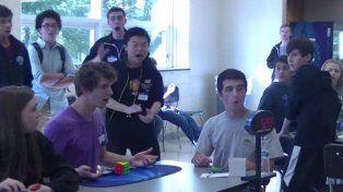 Increible: completa cubo mágico de Rubik en apenas 5,2 segundos