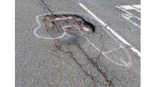 Dibuja penes en la calle para que arreglen los pozos