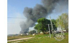 Un incendio intencional de pastizales terminó arrasando un colectivo