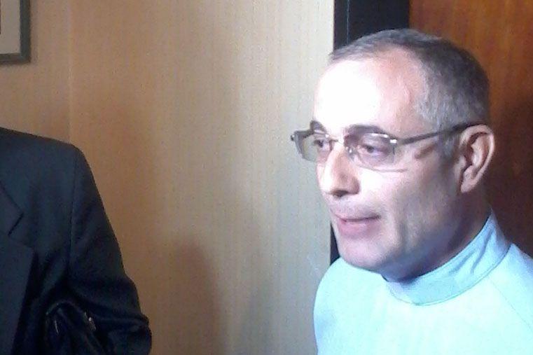"""Los sacerdotes Leonardo Tovar y José Dumoulin (foto) acompañaron a las siete víctimas desde el inicio de la investigación.  Por ello debieron sufrir """"presiones"""" de la cúpula de la Iglesia local."""