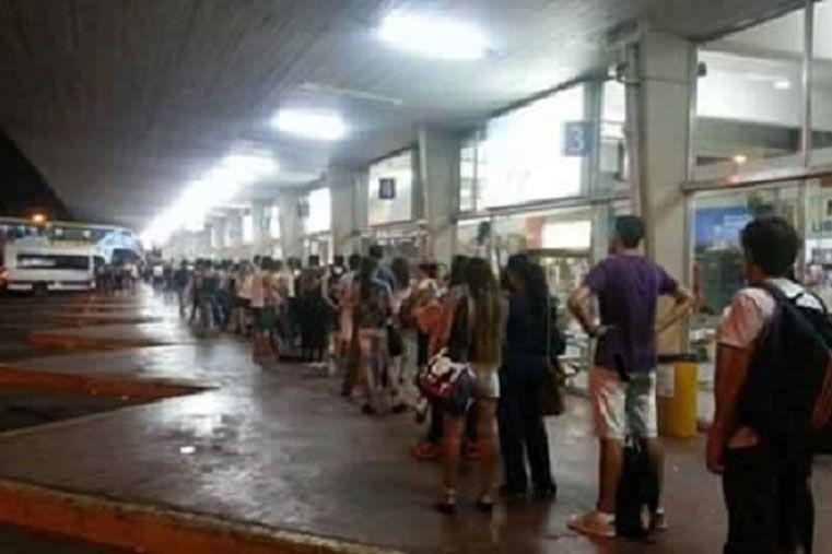 Terminal de Santa Fe. Odisea de los estudiantes para volver a Paraná.