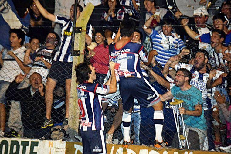 Los jugadores del equipo de Concepción festejan con su gente.  Foto Gentileza/Walter Barzotti