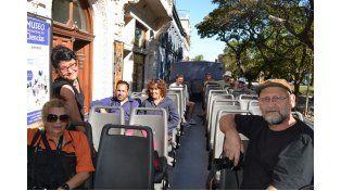 De visita. Los escultores también recorrieron la ciudad en bus.