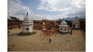 Suman más de 2400 los muertos en Nepal y buscan a 13 turistas argentinos