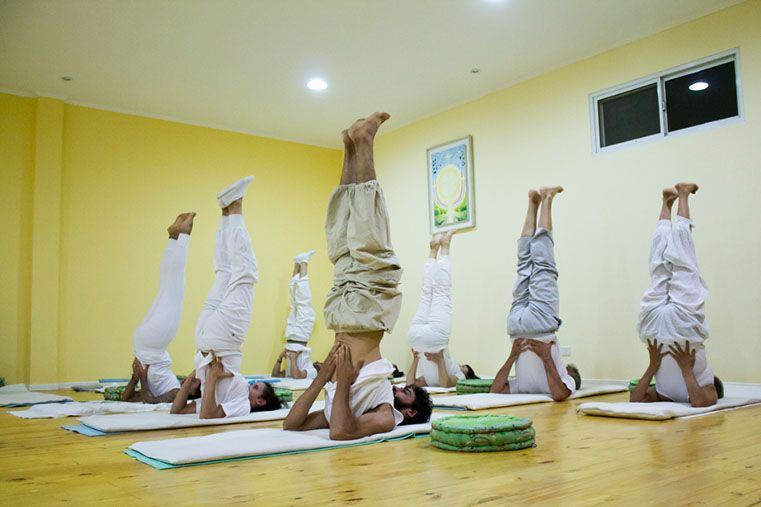 Los alumnos realizan una de las posturas en el Centro de Yoga Aplicada. fd6b4120a50b