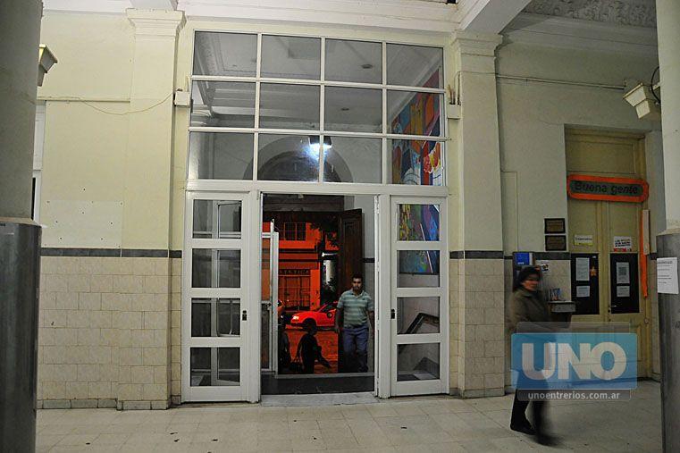 Controles. En algunos horarios habrá un celador en la puerta que decidirá quién entra al hospital. Foto UNO/Juan Manuel Hernández