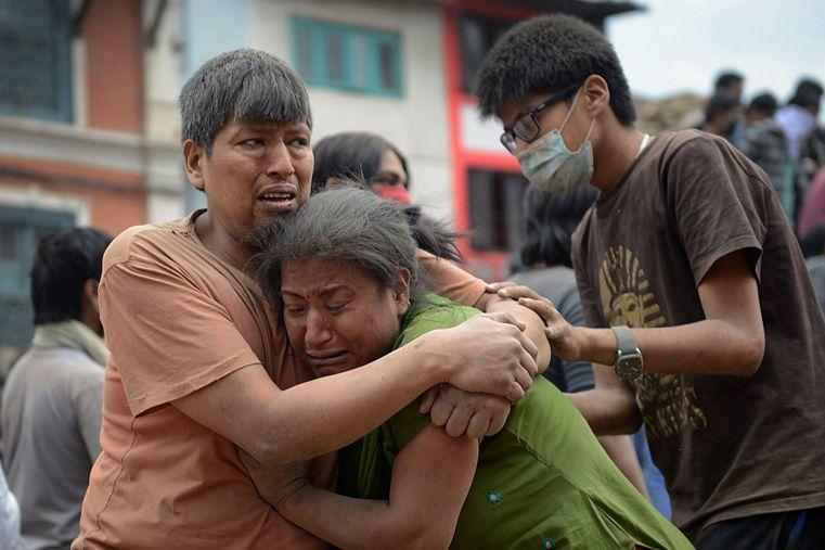 Los voluntarios atienden a los danmificados en la calle ya que los hospitales están colapsados.Foto: AP