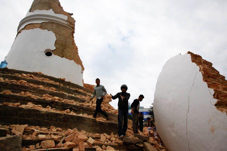 Más de 360 muertos por un fuerte terremoto que sacudió Nepal