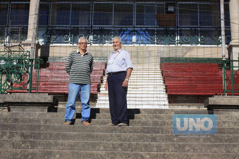 García y Corvetto. Contaron la historia del barrio desde las viejas gradas del Hipódromo.  Foto UNO/Juan Ignacio Pereira