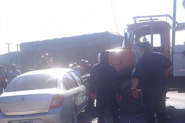 Accidente en el Acceso Norte a Paraná: un camión giró en U y chocó con un auto